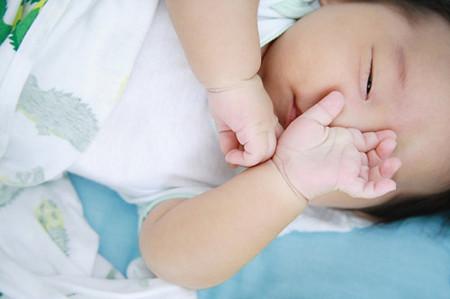 Mắt bé chỉ khép hờ khi ngủ là một điều hoàn toàn bình thường