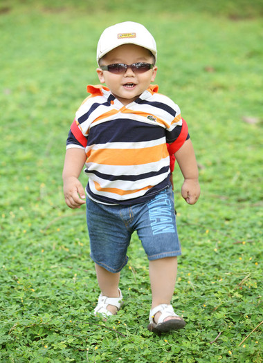 Hãy đội mũ và đeo kính chống nắng cho bé khi đi ra ngoài