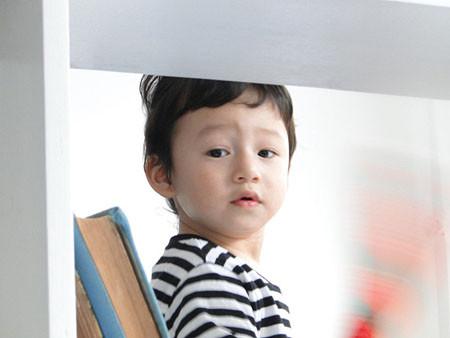 Trẻ thường quan sát và lặp lại những gì chúng bắt chước từ người lớn.