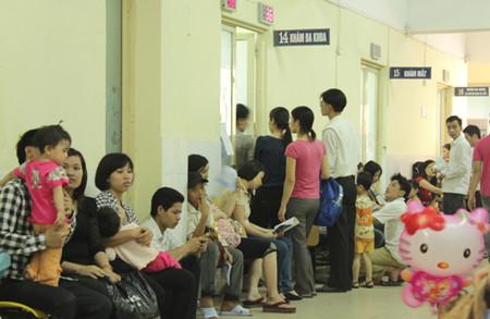 Bố mẹ sốt ruột đợi chờ tới lượt khám cho con tại bệnh viện Nhi trung ương sáng nay.