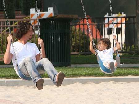 Bố mẹ hãy dành nhiều  thời gian để chơi với con và quan tâm đến cảm xúc của trẻ