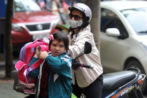 Học sinh đang ở trong tình trạng quá tải khi đến trường.