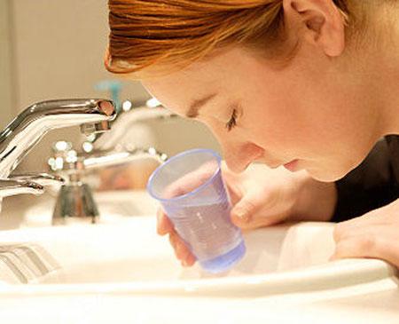 Tiết nhiều nước bọt còn gọi là chứng ứa nước bọt - một trong những dấu hiệu của ốm nghén.
