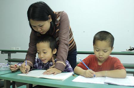Các bé chuẩn bị vào lớp 1 đang tập viết tại lớp của cô Nguyễn Thị Trà Ly.
