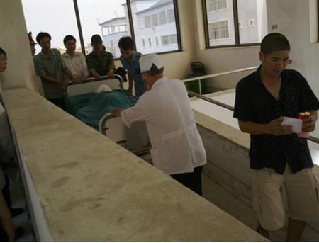Thi thể thai phụ được đưa đi đến phòng khám nghiệm.