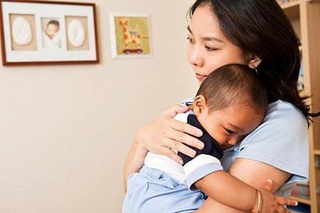 Vòng tay dịu dàng của mẹ mang đến cho trẻ thơ nhiều điều ấm áp
