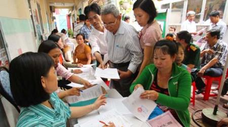 Phụ huynh nộp hồ sơ xét tuyển cho con vào lớp 1 tại Trường tiểu học Kim Đồng, Q.Gò Vấp, TP.HCM năm học 2011-2012