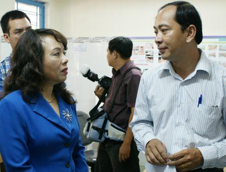 Bà Nguyễn Thị Kim Tiến - Bộ trưởng Bộ Y tế trao đổi với bác sĩ Tăng Chí Thượng, Giám đốc BV Nhi Đồng 1 về công tác huấn luyện chẩn đoán và điều trị tay chân miệng cho các tỉnh.