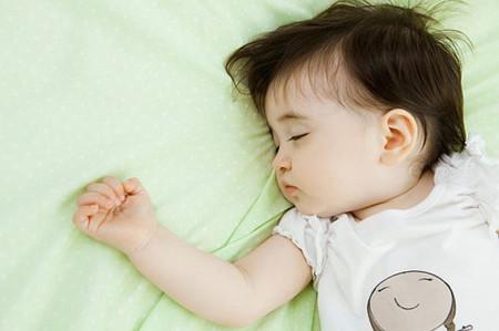 Bé bị rối loạn giấc ngủ, thường ngủ không yên và nhiều mồ hôi