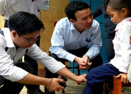 Chuyên gia Bộ Y tế thăm khám trẻ mắc bệnh viêm da lạ ở xã Ba Điền.