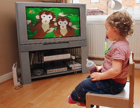 Không nên cho trẻ xem tivi quá 2 giờ mỗi ngày.