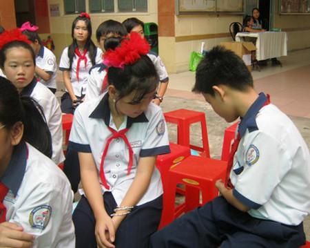 Phụ huynh là người gần gũi có thể giúp con hiểu về giới hạn của tình cảm tuổi học trò