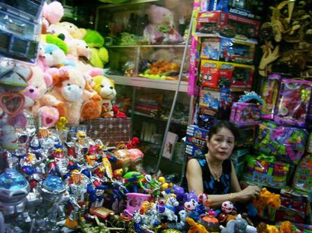 Không chỉ có thuốc cam, các loại đồ chơi, đồ dùng chất lượng thấp cũng có thể gây ngộ độc chì ở trẻ