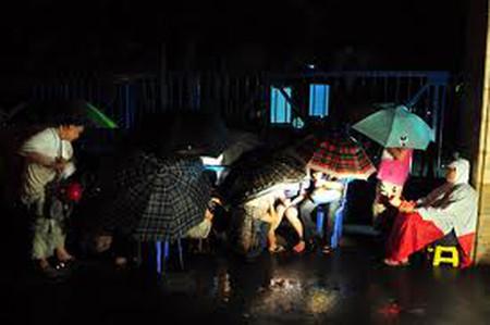 23h30,mưa to hơn nhưng phụ huynh vẫn nhẫn nại chờ đợi