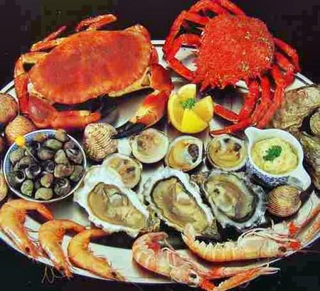 Iod có nhiều trong hải sản như: cá, tôm, cua...