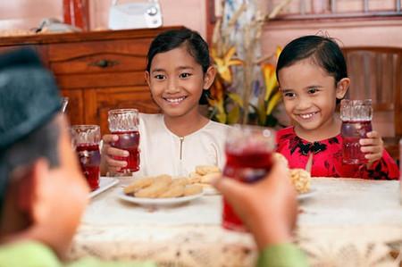 Cho trẻ uống nhiều nước ngọt có gas sẽ ảnh hưởng không tốt tới sức khỏe.