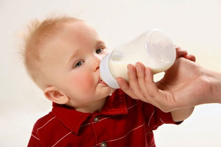 Khi nào tôi nên chuyển cho bé uống sữa từ bình sữa sang cốc?