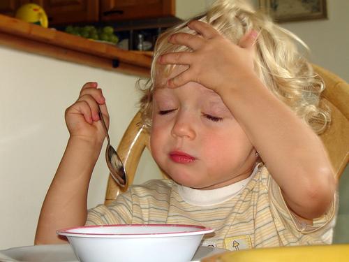 Trẻ nhỏ bị đau đầu có thể do nhiều nguyên nhân gây nên.