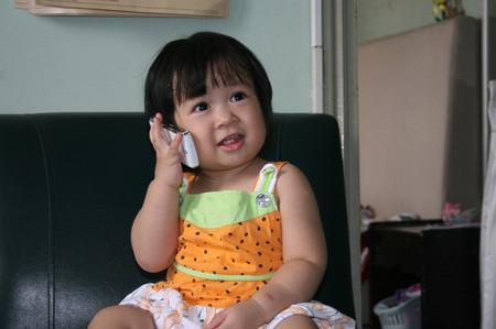 Không nên để trẻ dưới 12 tuổi sử dụng điện thoại di động nhiều
