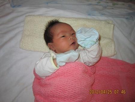 Em bé đầu tiên ra đời từ kỹ thuật trữ phôi đông lạnh, nặng 3,3 kg.