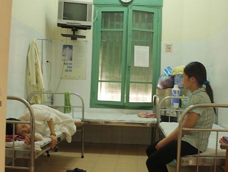 Sản phụ chờ sinh và người thân tại nhà hộ sinh A (Ngô Quyền, Hà Nội).