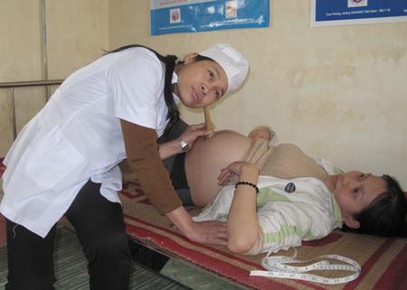 Phụ nữ có thai cần đi khám định kỳ để phòng tránh rau bong non.