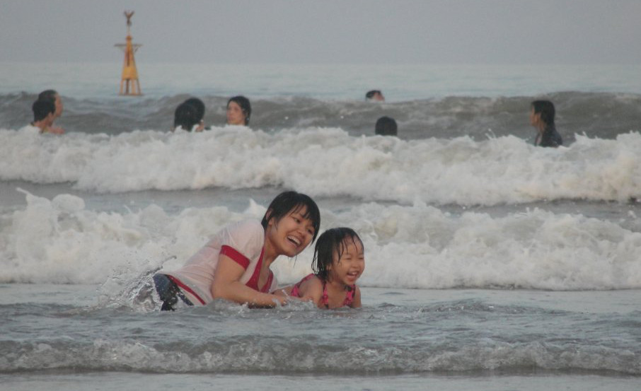 Sau mỗi lần trẻ đi bơi, tắm biến, cha mẹ cần chú ý vệ sinh đúng cách để phòng tránh bệnh viêm tai ngoài cấp.