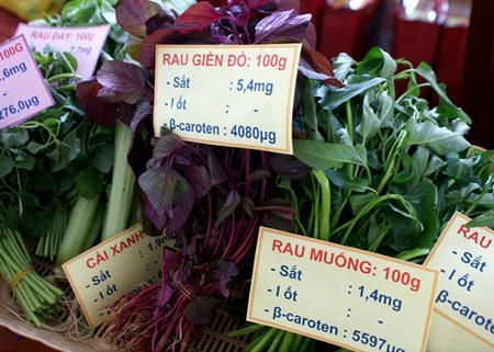 Các loại rau như dền đỏ, rau muống, rau đay, cải xanh đều giàu chất sắt.