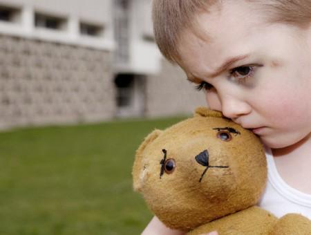 Trẻ bị tự kỷ cần được gia đình và xã hội quan tâm đúng mức.