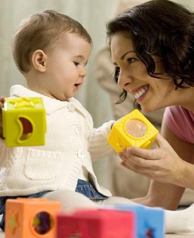 Cái mệt của các ông bố, bà mẹ ngày nay khi chăm sóc và nuôi dưỡng con có lẽ bắt nguồn từ chính sự đầy đủ, thừa thãi.