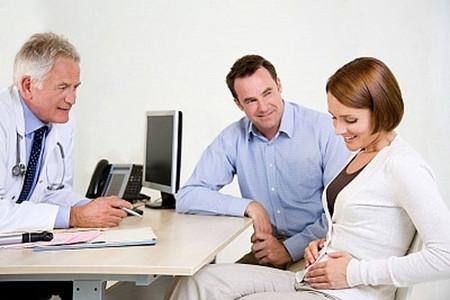 Ba tháng đầu mang thai, bạn nên sắp xếp công việc để giành thời gian đưa bà xã đi thăm khám thường xuyên.