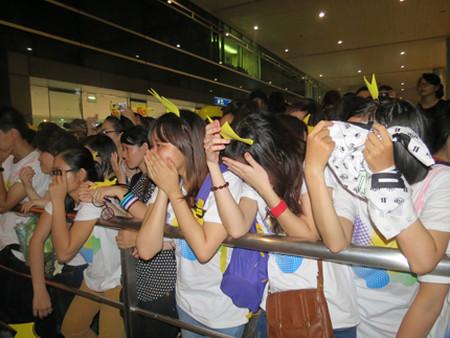 Teen Việt khóc nức khi không gặp được thần tượng