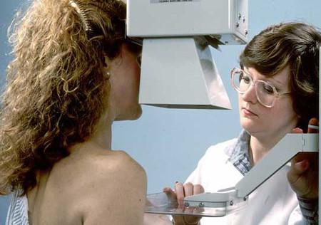 Bạn cần đi kiểm tra vú để tìm nguyên nhân và có biện pháp xử lý thích hợp