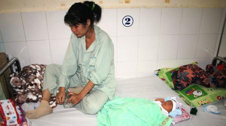 Chị Hiên thẫn thờ bên đứa con mới sinh vì chưa có được lời giải đáp thỏa đáng cho việc 10 lần siêu âm đều cho kết quả song thai.