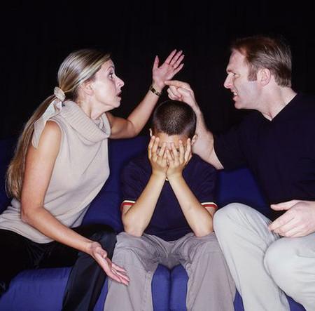 Khi chứng kiến cảnh bố mẹ cãi nhau, chắc chắn các bé sẽ cảm thấy rất buồn.