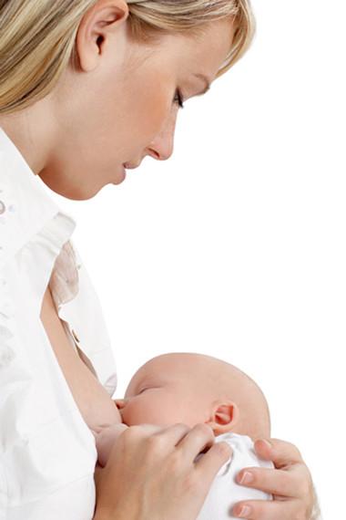 Sữa mẹ có rất nhiều lợi ích cho bé.