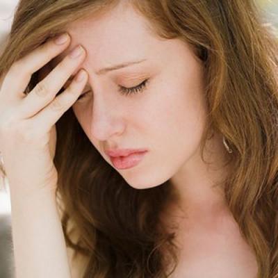 Những dấu hiệu sớm của việc mang bầu bao gồm: nhức đầu, đau ngực, tâm trạng thất thường và đi tiểu thường xuyên.