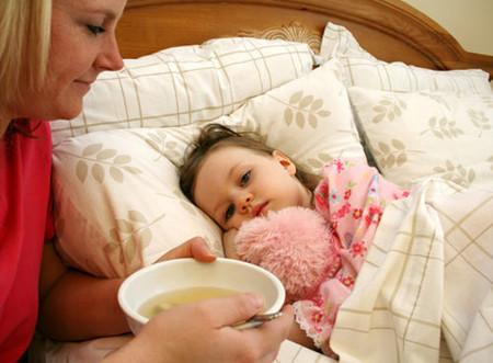 Khi trẻ bị tiêu chảy cần cho trẻ ăn uống đầy đủ dinh dưỡng