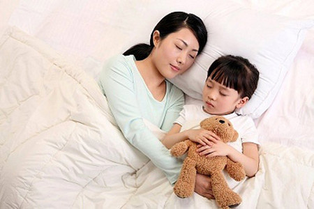 Nằm bên con sau một ngày dài căng thẳng cũng là một phương thức giải tỏa stress rất hiệu quả.