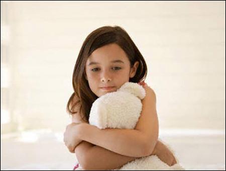 Thay vì tạo nên hàng rào giữa con và xã hội, phụ huynh nên dạy trẻ cách tự bảo vệ mình