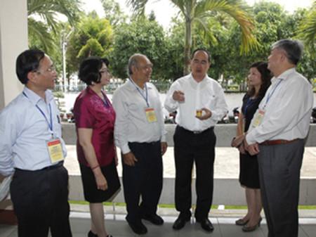 Phó Thủ tướng Nguyễn Thiện Nhân (thứ tư từ trái sang) trao đổi với các đại biểu