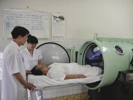 Bệnh nhân được điều trị bằng ôxy cao áp