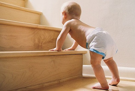 Trẻ dễ bị tai nạn khi bò lên cầu thang
