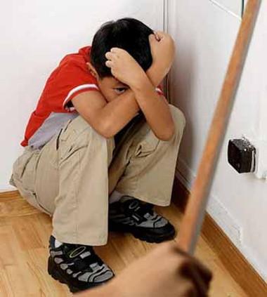 Con đã 3 tuổi nhưng mỗi lần con nghịch ngợm, không nghe lời, tôi vẫn dùng roi răn đe.