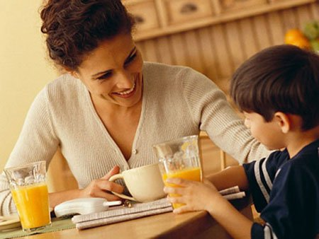 Phụ huynh cần trò chuyện, lắng nghe trẻ để hiểu những vấn đề trẻ gặp phải.