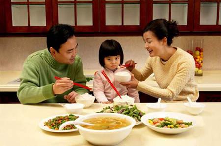 Hãy lập giải thưởng tặng bé khi ăn nhanh.
