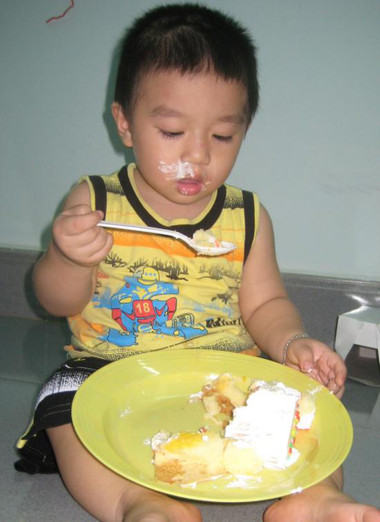 Cha mẹ nên tập cho bé tự múc đồ ăn, không nên sợ bé làm đổ. Riêng đối với thức ăn nóng, cha mẹ nên thổi để làm mát trước khi cho trẻ dùng.