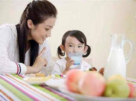 Tăng sức đề kháng cho con bằng dinh dưỡng.