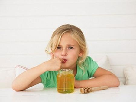 Thường xuyên cho các bé gái dưới 6 tuổi sử dụng mật ong có thể dẫn đến hiện tượng dậy thì sớm.