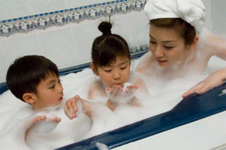Tắm chung gây ra những tò mò về giới tính ở bé trai và bé gái.